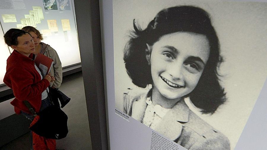 Zwei  Besucherinnen  der KZ-Gedenkstätte Bergen-Belsen betrachten  ein Bild von Anne Frank. Auch in Langwasser wird es nächstes Jahr eine Anne-Frank-Ausstellung geben.
