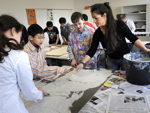 Manuela Dilly hat mit Jugendlichen — hier bei der Arbeit an einem Wandbild in der Adalbert-Stifter-Schule — schon viele interessante Projekte durchgeführt.