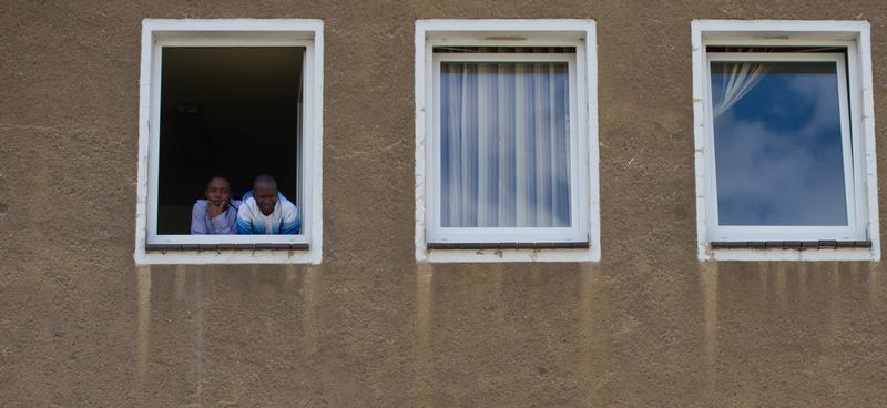 Hier sind durchschnittlich sieben Quadratmeter reine Wohnfläche pro Person vorgesehen, ein Waschbecken für fünf bis sieben Bewohner, eine Dusche und eine Toilette für je zehn Bewohner. Auf acht Bewohner muss ein Herd kommen. Zudem sollten die Unterkünfte nach Möglichkeit auch über Gemeinschaftsräume und Außenanlagen verfügen.   Für die Unterbringung erhält der Vermieter in der Regel den Quadratmeterpreis, welcher der ortsüblichen Miete entspricht. Dies ist eine Linie der Regierung. In Nürnberg gibt die Regierung somit etwa bis zu zehn Euro pro Quadratmeter an Mietkosten aus.