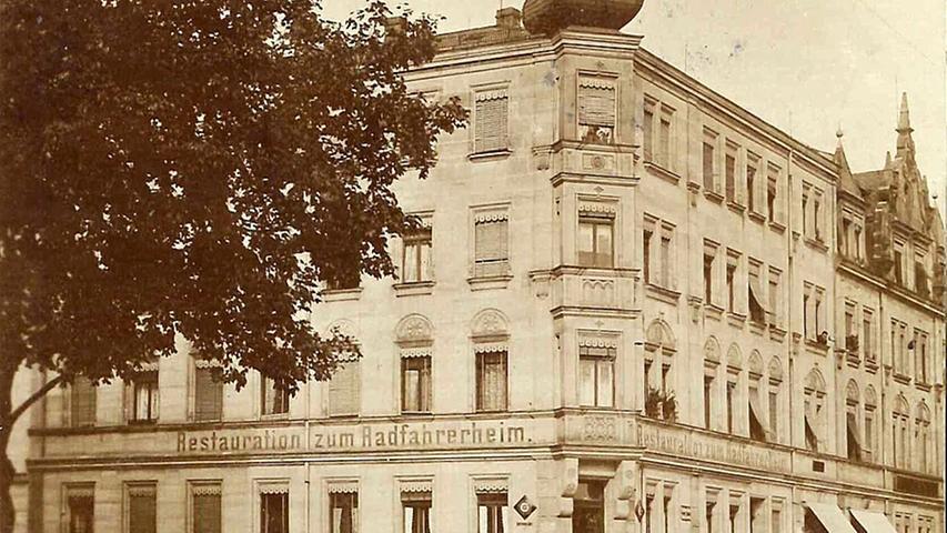 ...eröffnete gegen Ende des 19. Jahrhunderts die erste Fahrradfabrik Nürnbergs in der Fürther Straße. Gleich nebenan machte diese Gaststätte auf. Heute erinnert die Fahrradstraße an die für Nürnbergs Wirtschaft wichtige Fabrik.