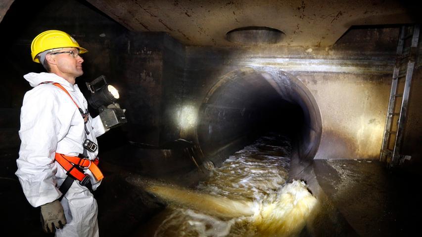 Nürnbergs Kanalisation hat eine Netzlänge von 1468 km. Und ist an 69.900 Grundstücke angeschlossen. Die Abwasserbeseitigung für einen Drei-Personen-Haushalt kostet die Stadt im Jahr 355 Euro. Dafür nimmt sie insgesamt 78,6 Millionen Euro Gebühren ein.