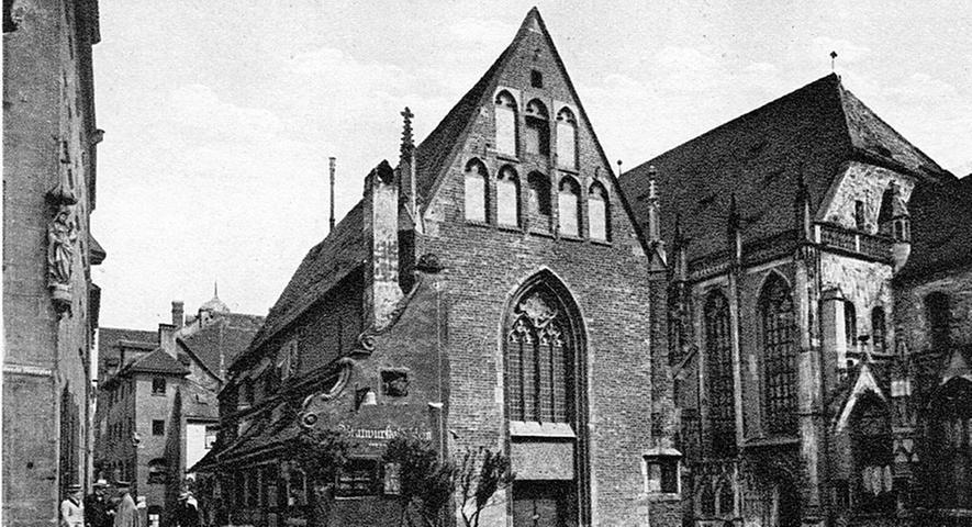 Bis zu seiner Zerstörung 1944 war das Bratwurstglöcklein an der Moritzkapelle ein beliebtes Touristenziel. Die Kapelle selbst war 28 Meter lang und acht Meter breit, mehr als eine schlichte Friedhofskapelle, aber klein im Schatten der mächtigen Sebalduskirche.