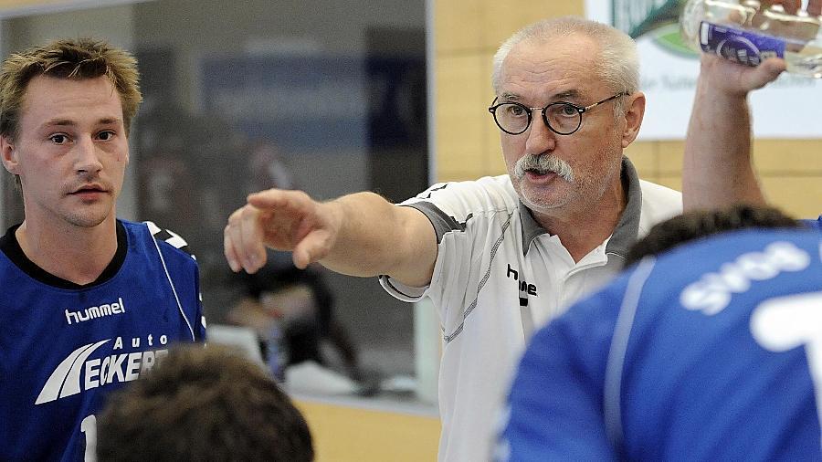 Da geht's lang: Klaus Jahn — hier noch Trainer des damaligen Bayernligisten Auerbach — gibt jetzt in Roßtal den Ton an. Dem Landesligisten will er einen unbedingten Siegeswillen einimpfen.