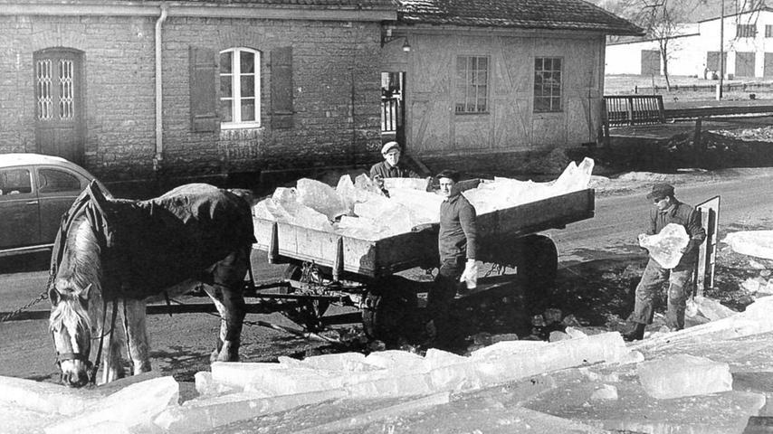 Die großen rechteckigen Eisschollen wurden mit langen Haken an die Ufer gezogen und von auf Wagen geladen. Die Pferdefuhrwerke lieferten die kalte Fracht an Brauereien in der Umgebung.