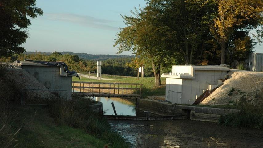 Um den Kanal für Spaziergänger, Wanderer und Fahrradfahrer erlebbar zu machen, werden einzelne Schleusen und Brücken wie die Roethbrücke bei Berg saniert.