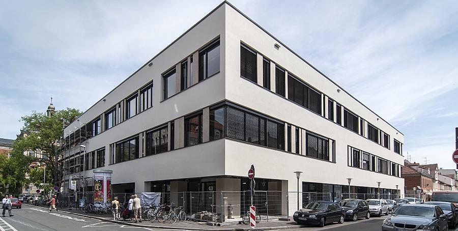 """Eine geschlossene und trotzdem gut gegliederte Fassade, eine nur wenig auftragende, aber effiziente Wärmedämmung und neue Strukturelemente kennzeichnen die renovierte """"Zentralbibliothek"""" der Universität."""
