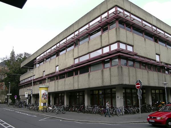 Galt in den 70er Jahren als ambitionierte Architektur: Der Waschbeton der Uni-Bibliothek wurde immer grauer, die Fassade unansehnlicher, und die Wärme verflüchtigte sich nach Belieben.