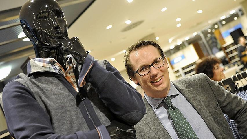 Mit seinem Sohn - damals 31 Jahre jung - fungieren weiterhin Familienangehörige im Aufsichtsrat. Nur kurz darauf übernimmt Olivier Wöhrl im Januar 2012 dann auch die Führungsrolle des Mode-Imperiums. Er wird der neue Vorstandsvorsitzende der Rudolf Wöhrl AG. Der Vertrag mit Kossendey wurde wieder aufgelöst.