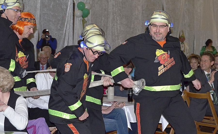 Zur Prunksitzung der CFK rückten auch diese Feuerwehrler aus Oberasbach an. Das Männerballett sorgte für viel Heiterkeit.