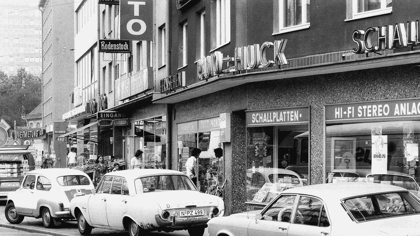 ... gingen auf die Barrikaden. Denn 1974 konnten die Autos noch direkt vor den Läden in der Fürther Straße parken. Deshalb wurde die Straße lediglich...