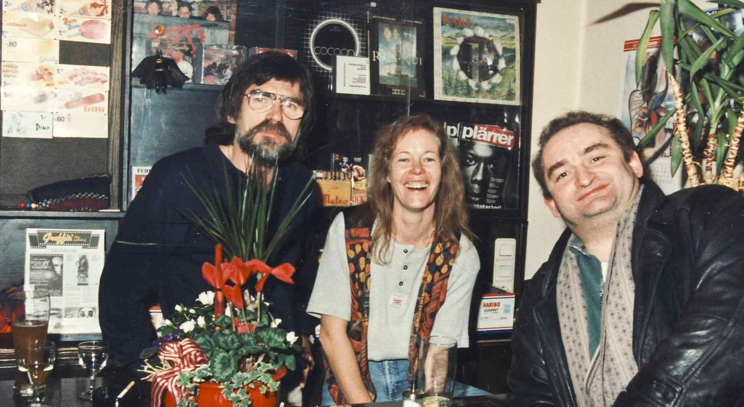 Diese Zeiten sind endgültig vorbei: Thekengespräche der Wirtsleute Bernd und Eva Heinlein mit Kabarettisten, die im Graffiti auftraten, hier mit Sigi Zimmerschied 1995. Seit Monaten ist die Kinokneipe geschlossen.