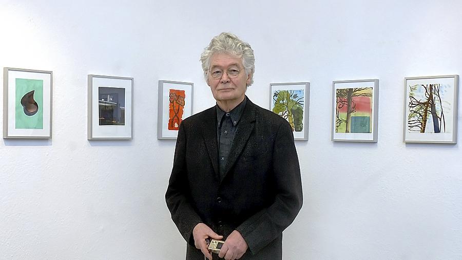 Udo Kaller, der 2002 beim Kunstpreis der Nürnberger Nachrichten mit dem Sonderpreis des Verlegers ausgezeichnet wurde, in der Galerie des Kunstvereins.