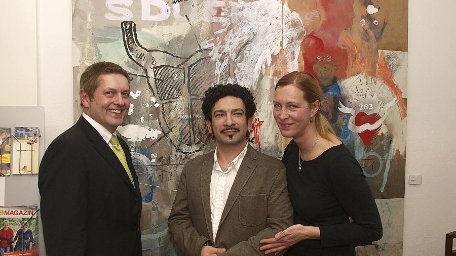 """Kunst, die """"elektrisiert"""", ist im nächsten halben Jahr im Auerbacher Bürgerhaus zu sehen. Im Bild Bürgermeister Joachim Neuß (von links), Ramon de Jesus Rodriguez sowie Ehefrau Sabine Klier bei der Vernissage."""