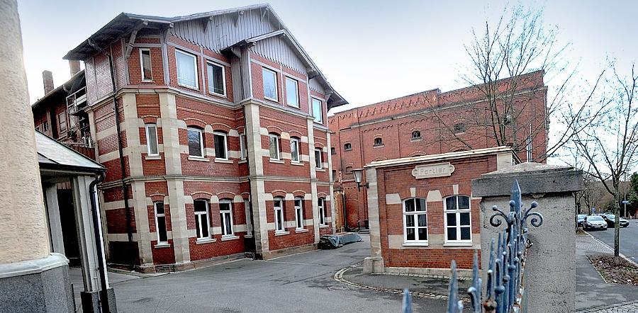 Historisches Ensemble: Das ans Sudhaus (links) anschließende Kühl- und Verwaltungsgebäude soll ebenso erhalten werden wie das kleine Pförtnerhäuschen. Das Gärhaus dahinter wird hingegen abgerissen.