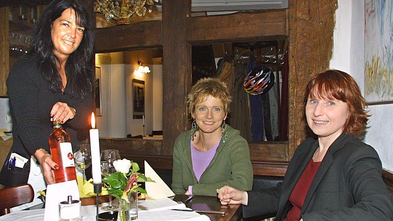 Für Ulrike Mendlik (rechts) und Kiki Schmidt ist ein Abend im «Prison St. Michel» fast wie ein kleiner Frankreich-Urlaub. Auch prominente Gäste des Burgtheaters, wie Urban Priol oder Richard Rogler, schätzen das Lokal.