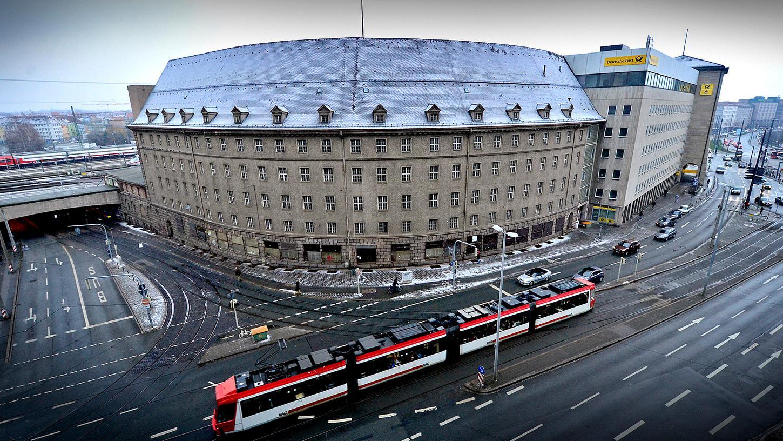 Der wuchtige Postrundbau aus den Jahren 1920 bis 1924 mit angegliedertem Neubau am Hauptbahnhof steht ab sofort zum Verkauf.
