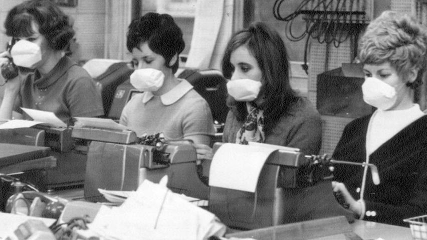 Auch am Arbeitsplatz kann Hygiene nicht schaden. Also: immer schön ins Taschentuch schnäuzen und Hände waschen. Dann geht's vielleicht auch ohne Mundschutz (wie ihn diese Sekretärinnen aus Angst vor der Grippewelle Ende der 60er Jahre trugen). Im Vorteil ist übrigens auch, wer...