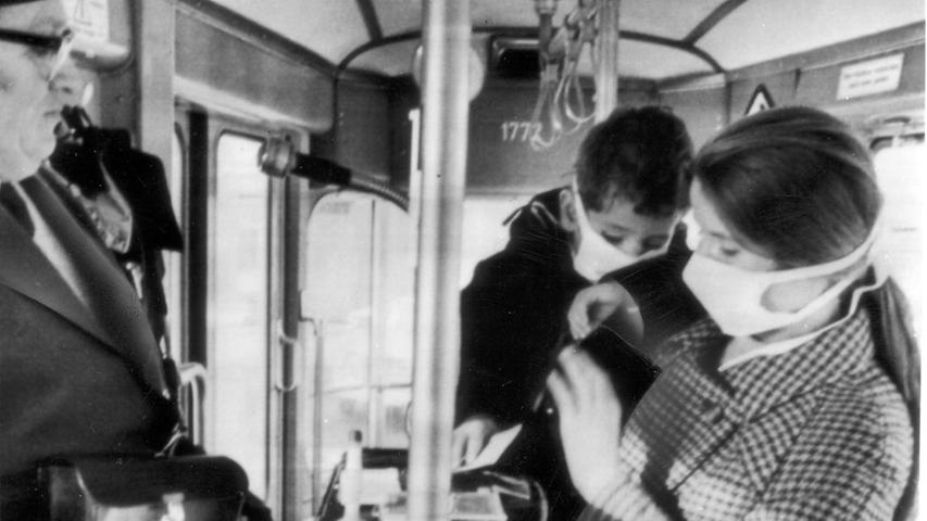 ...überall dort, wo sich viele Menschen mit Husten, Schnupfen und Heiserkeit aufhalten, ist Ansteckung programmiert. Ob der alternative Mundschutz diesen beiden geholfen hat, ist nicht überliefert. Doch das Foto von 1969 zeigt, dass in Straßenbahnen und Omnibussen damals schon fiese Viren und Bakterien ihren Besitzer gewechselt haben.