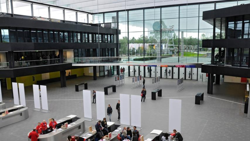 """Seit September 2010 betreten die Besucher nun einen modernen Eingangsbereich beim """"Eingang, Service und Kongress Mitte""""."""