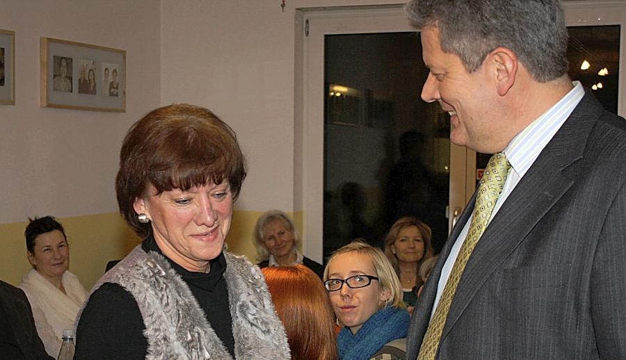 Margot Sterzbach ist eine von fünf neuen Familienpaten, die von Jugendamtsleiter Hermann Schnitzer ein Zertifikat überreicht bekamen.