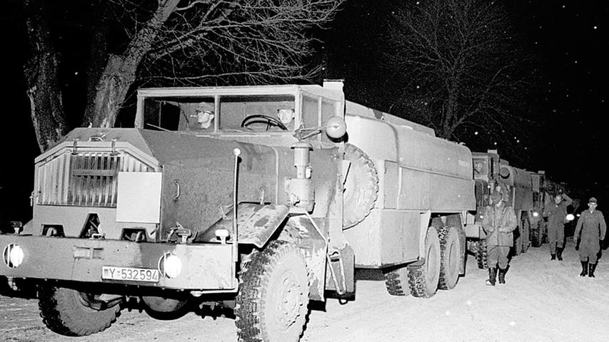Heizölknappheit sorgte 1963 für Engpässe in fränkischen Schulen und Krankenhäusern Die Bundeswehr holte mit einem Tankwagen-Konvoi damals Öl aus Hamburg, um den argsten Engpässen abzuhelfen. Unter anderem im Einsatz: Ein schwerer FAUN-Tankwagen mit einem luftgekühlten Deutz-Motor. Im Fahrerhaus dürfte es deswegen ordentlich laut gewesen sein.