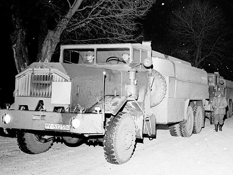 Geschafft: Ein Konvoi von Lastwagen der Bundeswehr rollt in den Kasernenhof. Die Tankwagen waren nach Hamburg  gefahren, um dort Heizöl abzuholen. In der Region Nürnberg ist der Brennstoff sehr knapp geworden.