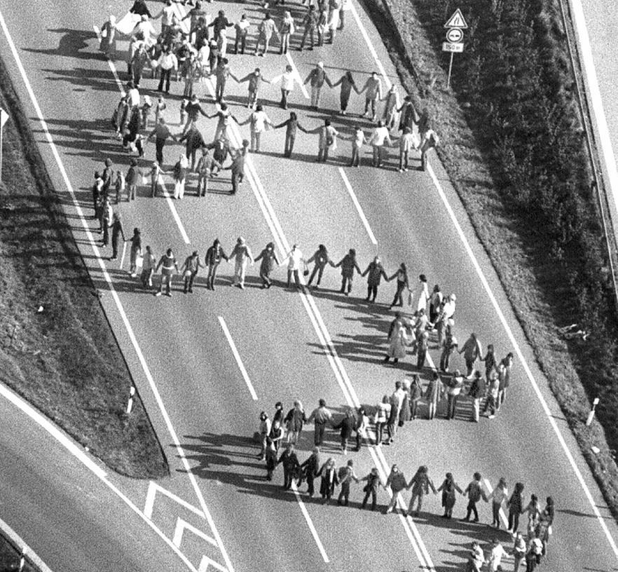 Eine klare Richtung hat der Protest, den Hunderttausende 1983 mit der Menschenkette ausdrücken: Anti-Krieg. Weil so viele Menschen, auch aus Nürnberg, teilnehmen, muss sich die Kette von Stuttgart nach Neu-Ulm aber schlängeln.