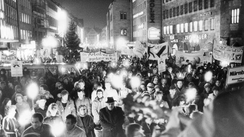 In Nürnberg trafen sich 4500 Teilnehmer zu einer Kundgebung von Gewerkschaften und Friedensinitiativen am Platz vor der Lorenzkiche.