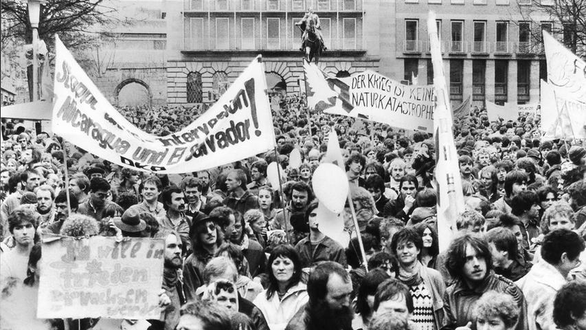 30.000 Rüstungsgegner aus Mittelfranken versammelten sich nach Angaben des Friedensforums zur Abschlusskundgebung des Ostermarsches 85 auf dem Nürnberger Egidienberg.