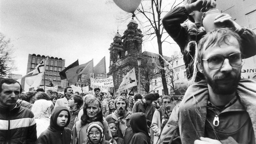 Dabeisein für den Frieden - Die Friedensmarschierer am Ziel: Trotz tristen Wetters bot sich am Egidienberg in Nürnberg ein buntes Bild, geprägt von Transparenten und Fahnen.