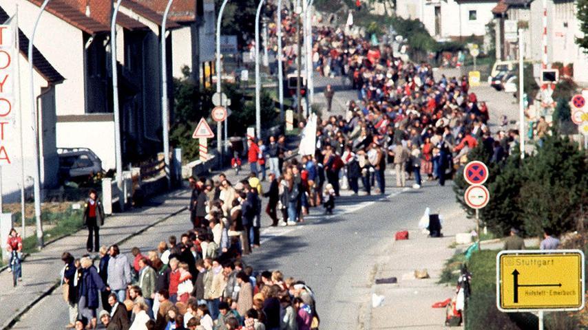 Eine Menschenkette steht am 22. Oktober 1983 auf einer Strasse in Amstetten, als Teil einer insgesamt 110 Kilometer langen Menschenkette nach Stuttgart, um gegen die Stationierung von US Raketen in Deutschland zu protestieren. Ein Teil der Kette...