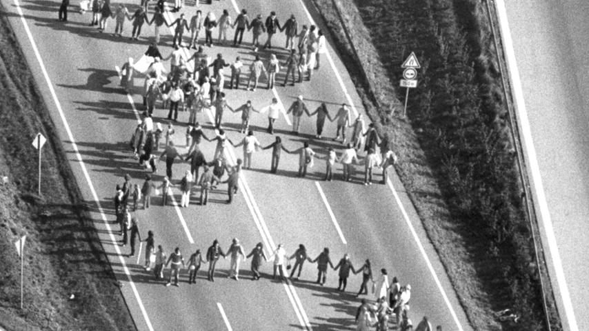 ...stand auf der B10 zwischen Plochingen und Ulm. Mehr als 200.000 Demonstranten hatten die Machtspiele des Kalten Krieges satt.