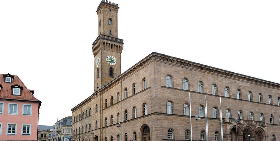 DasFürther Rathausist das höchste Gebäude und Wahrzeichen der Kleeblatt-Stadt. Von 1840 bis 1844 wurde es nach den Plänen von Georg Friedrich Christian Bürklein erbaut. Nach dieser Bauzeit wurde der Trum, der dem Palazzo Vecchio in Florenz nachgeahmt ist, fertiggestellt. Zu besonderen Anlässen, wie der Fürther Michaeliskirchweih, wird der Turm mit Lampen beleuchtet.