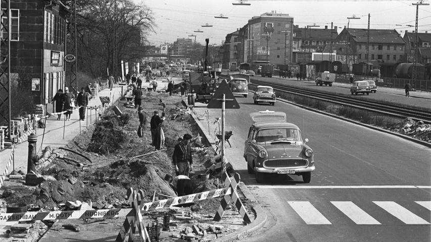 1962 begannen die Arbeiten an den Brücken für die Schnellstraße. Die Eisenbahn sollte über den Schnellverkehr geleitet werden. Die südliche Fürther Straße wurde deshalb gesperrt. Statt zum Bagger griff man in den 60er Jahren noch zur Schaufel.
