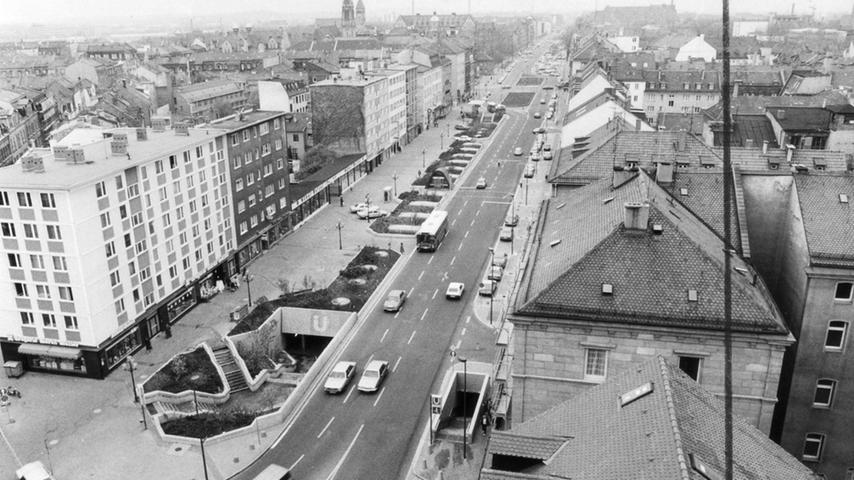 ...10,6 Millionen Mark. Und noch etwas hat sich verändert: Wo früher die Bahn oberirdisch unterwegs war, fährt heute die U-Bahn. Hier ist die U-Bahn-Station Gostenhof in den 80er Jahren zu sehen an der Ecke Mittlere Kantstraße/Eberhardshofstraße.