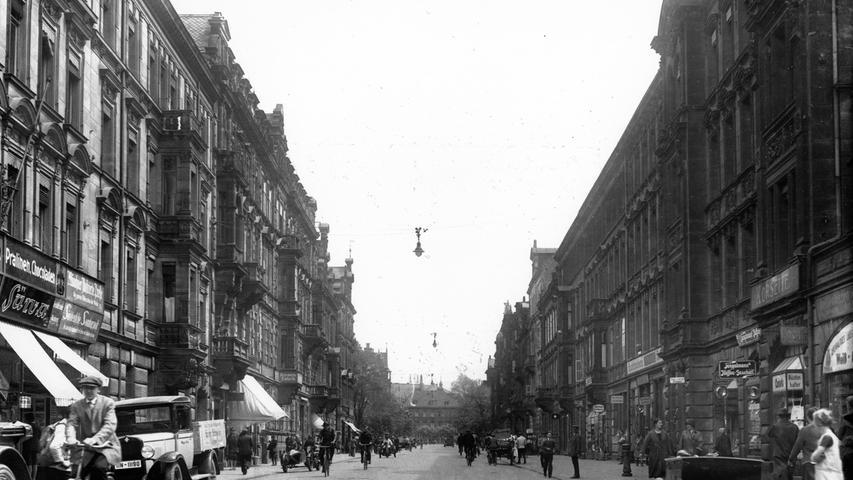 Blick in die nördliche Fürther Straße in Richtung Plärrer 1929: Damals trugen die Männer noch Knickerbocker und nur wenige Fahrzeuge fuhren auf der Fürther Straße. Trotzdem herrschte reges Treiben auf der wichtigen Achse zwischen Nürnberg und Fürth. Im selben Jahr...