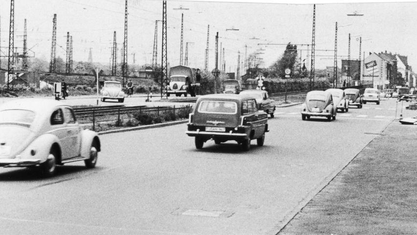 ...die Erweiterung der Fahrbahn beim Bahnhof Doos auf 14 Meter im Jahr 1962.