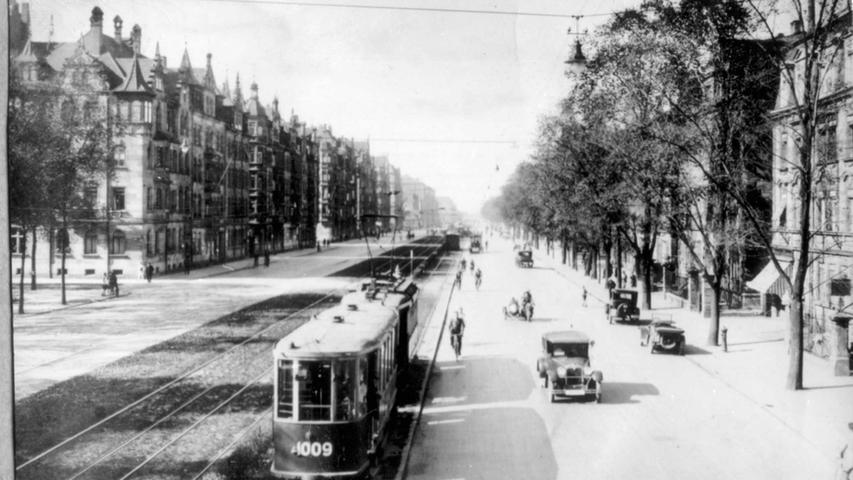 Nahe der Veit-Stoss-Anlage in Gostenhof gab es früher noch keinen Radweg, deshalb fuhren die Fahrradfahrer zwischen Motorrädern und Automobilen auf der Straße.