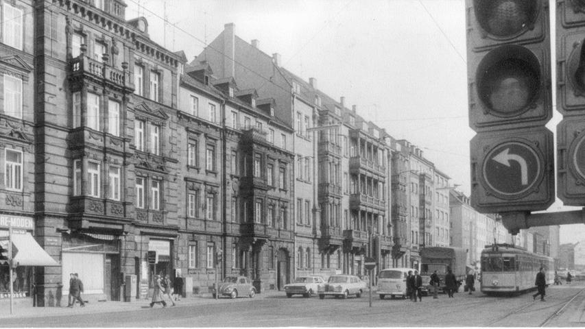 Ende der 60er Jahre war die Straßenbahn schon deutlich moderner. Käfer, T2 und die Ampelanlage versprühen heute nostalgischen Charme. Doch es gab auch Schattenseiten der...