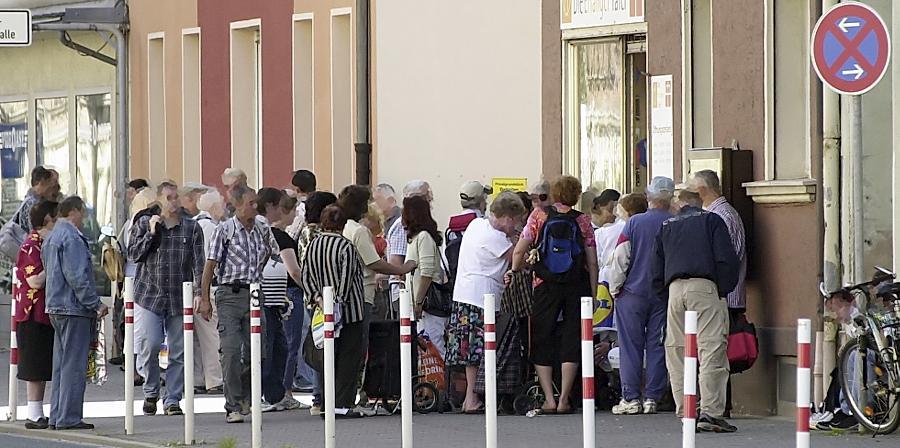 Regelmäßig bilden sich Warteschlangen bei der Tafel: Trotz  hohen Wohlstands lässt sich auch in Erlangen feststellen, dass es zunehmend mehr Bedürftige gibt.