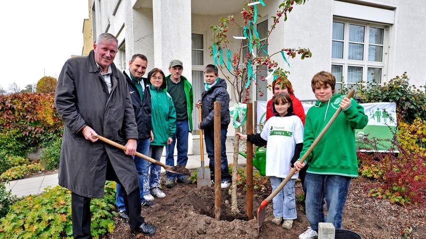SpVgg-Fans pflanzen Baum für Frauenklinik