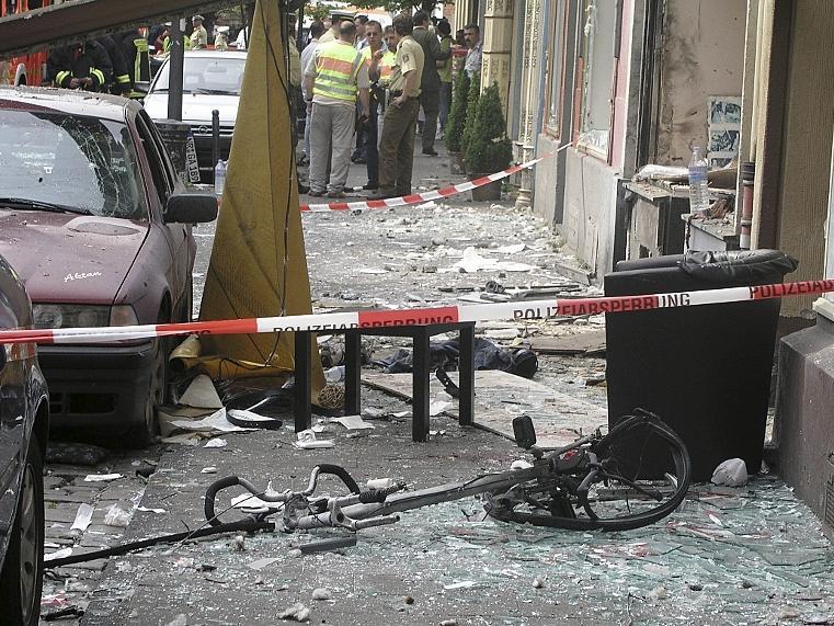Am 9. Juni 2004 zündete der NSU eine Nagelbombe in der Keupstraße in Köln. Sie war als Geschenkkorb getarnt. Die Bevölkerung äußerte später den Verdacht, dass Neonazis dahinterstecken könnten.