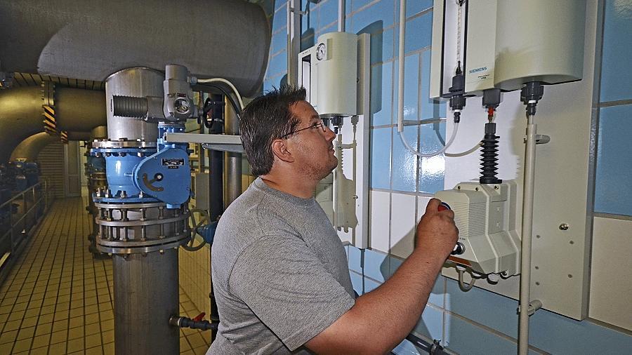 Im städtischen Wasserwerk an der Dianastraße wird das Brunnenwasser aufbereitet. Hier kontrolliert Energieelektriker Bernd Turbanisch gerade die Chlorgasdosierstation.