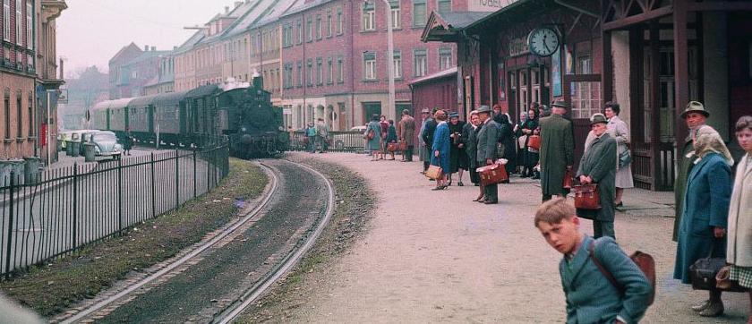 Zwei Jahre vor der Streckenstillegung gab es noch ein reges Treiben auf dem Bahnhof Erlangen-Zollhaus. Dieser Zug fuhr in Richtung Neunkirchen am Brand.