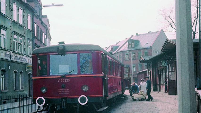 Rentabilitätsrechnungen erzwangen 1932 die teilweise Umstellung auf Triebwagen. Mit ihrem Einsatz wurden ab 1. April 1932 wieder durchgehende Züge von Erlangen nach Gräfenberg und umgekehrt durchgeführt. Trotzdem wurde die Bahn unrentabel werden: Ein Gerichtsurteil erzwang, dass sich die Eisenbahn den Bedingungen des Straßenverkehrs zu fügen hatte. So musste sie an jeder Straßenkreuzung abbremsen.