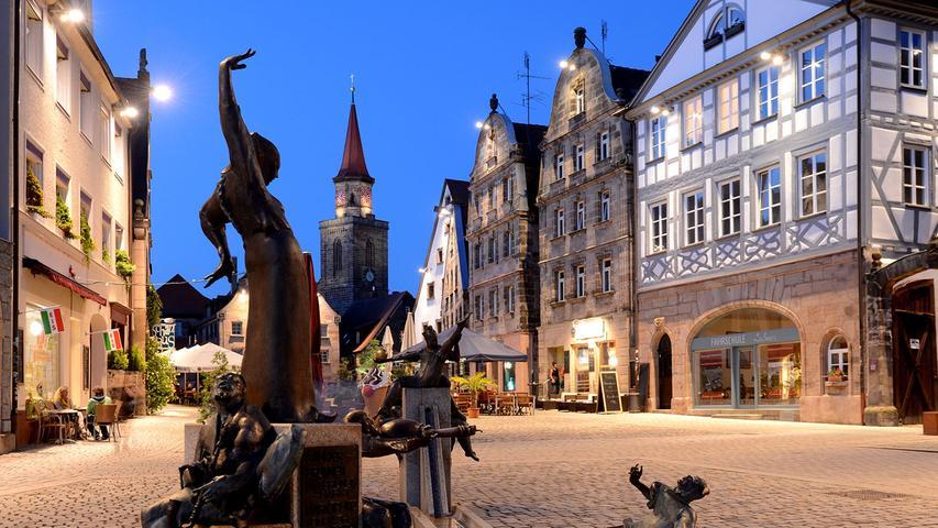 Die witzige Truppe des Gaukler-Brunnens bevölkert schon seit 2004 den Grünen Markt in Fürth. Sie soll daran erinnern, dass in früheren Zeiten viele Künstler dort aufgetreten sind.