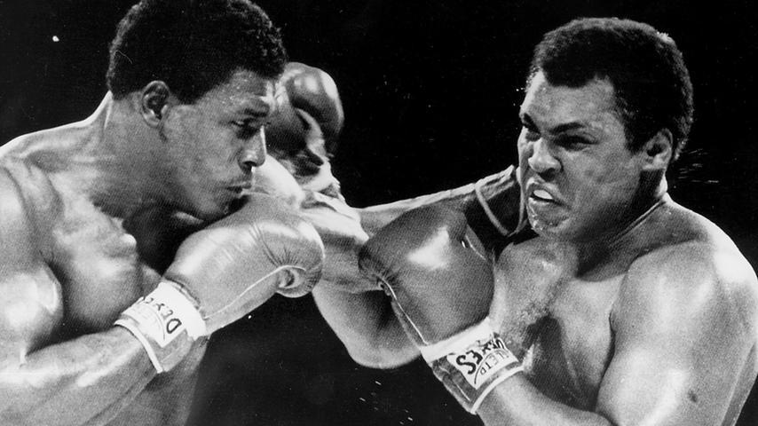 US-Schwergewichtsboxer Muhammad Ali (rechts) kämpfte mit extra angefertigten Boxschuhen von Adidas. Hier beim legendären Schlagabtausch mit dem Kanadier Trevor Berbick (links) am 12.12.1981. Der 38-jährige Ali verliert in Nassau auf den Bahamas gegen Berbick nach Punkten. Berbick war der letzte Boxer, der gegen Ali kämpfte.