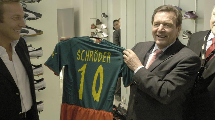 Auch der ehemalige Bundeskanzler Gerhard Schröder war von dem Einteiler angetan, als er Puma 2005 einen Besuch in Herzogenaurach abstattete.