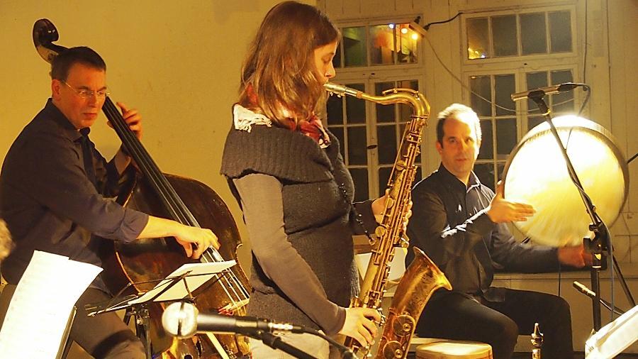 Warme Grundstimmung: Bassist Chris Lachotta, Saxofonistin Jasmin Gundermann und Trommelfachmann Hadi Alizadeh vereinen traditionelle Klänge mit Anleihen bei Jazz und Klassik.