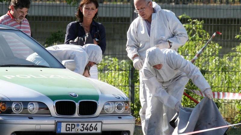 Die Polizisten Michèle Kiesewetter und ihr Kollege parken ihren Streifenwagen an der Theresienwiese in Heilbronn. Sie unterhalten sich im Wagen. Plötzlich wird auf sie geschossen.